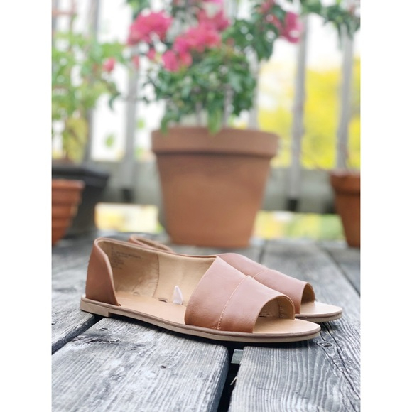 🌸2/$30 Tan faux leather flat sandals